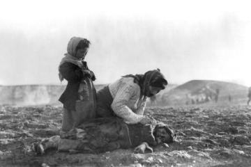 Armenian_woman_kneeling_beside_dead_child_in_field