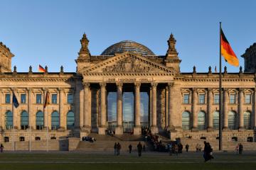 Reichstagsgebaude (Berlin) kurz vor herbstlichem Sonnenuntergang