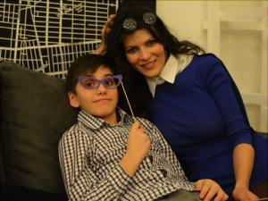 Полина Тузовская с сыном Матвеем, который тоже участвует в проектах The MIDAS. Источник фото: https://www.facebook.com/the.midas.theatre/photos