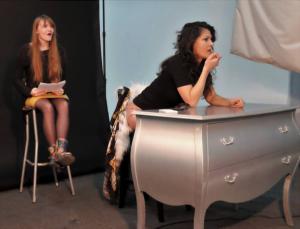 Полина Тузовская (справа) и Валерия Дашкова (слева) в образах мамы и дочери на репетиции спектакля «Жизнь. Прогон» Источник фото: https://www.facebook.com/pauline.tuozovsky/photos?pnref=lhc