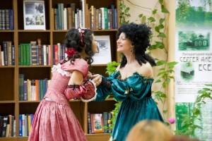 Олеся Кострицина (справа) и Полина Тузовская (слева) в спектакле «The Rivals» Источник фото: https://www.facebook.com/the.midas.theatre/photos_stream