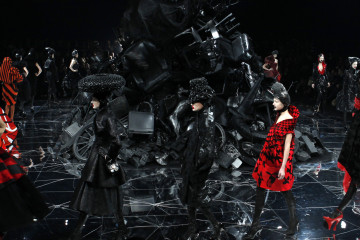 Models present creations by British designer Alexander McQueen as part of his Fall/Winter 2009/10 ready-to-wear women's collection during Paris Fashion Week March 10, 2009. REUTERS/Pascal Rossignol (FRANCE FASHION) - RTXCLXZ